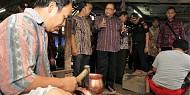Menteri Koperasi dan UKM Anak Agung Gede Ngurah Puspayoga Meninjau Pengrajin Berbahan Tembaga dan Kuningan di Boyolali.